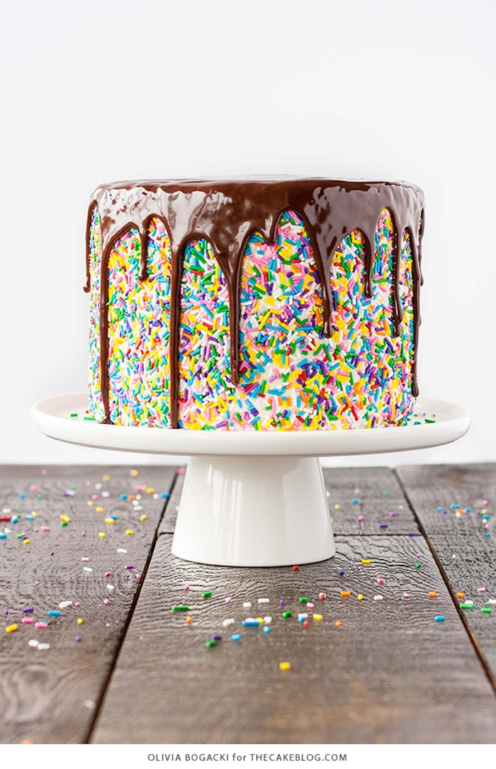 Torte mit Zuckerstreuseln und Schokolade dekorieren, leichte und schnelle Idee