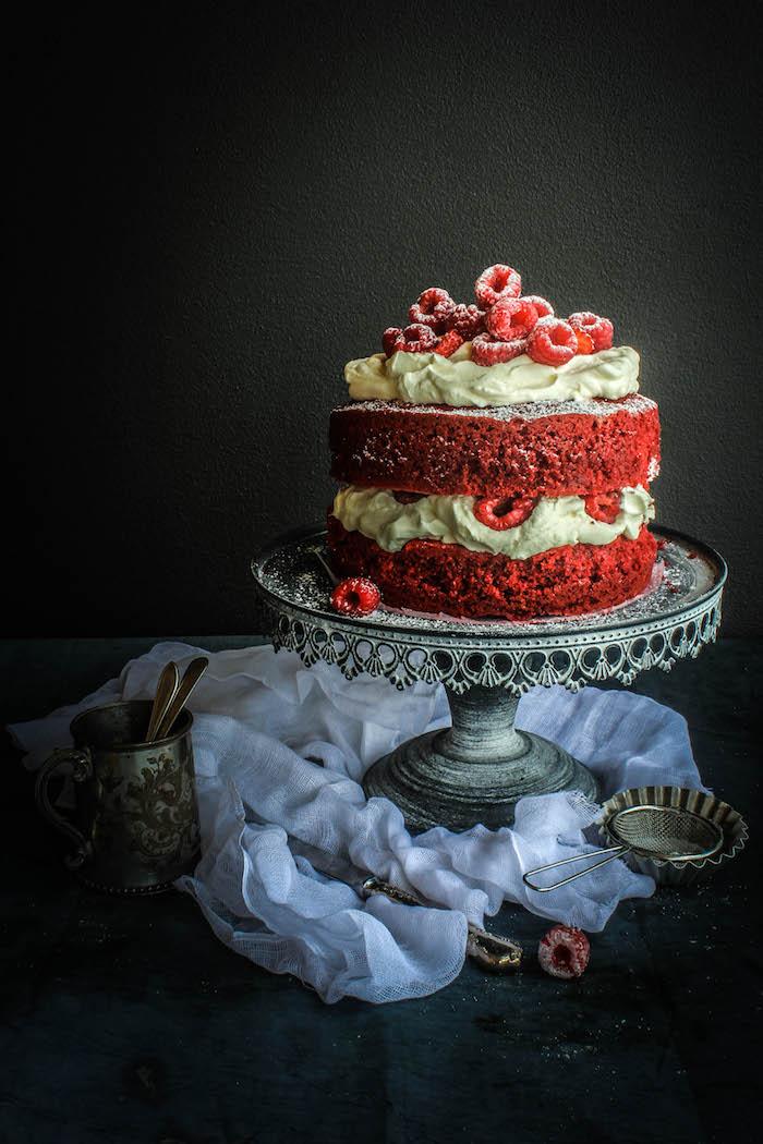 Torte mit roten Böden, Buttercreme Himbeeren und Puderzucker