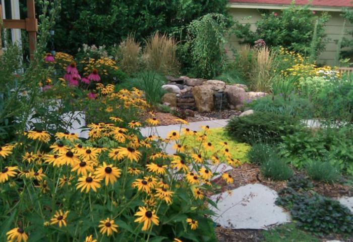 schöne gelbe Blümchen, rosa Blümchen, Gartenweg mit weißen Steinen, Garten verschönern