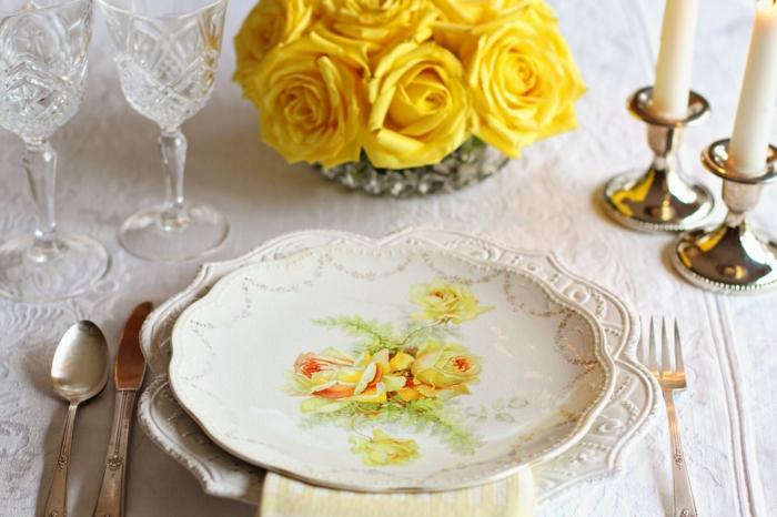 ein Luxus Geschirr für Kommunion Tischdekoration, gelbe Papierblumen, zwei Kerzenständer