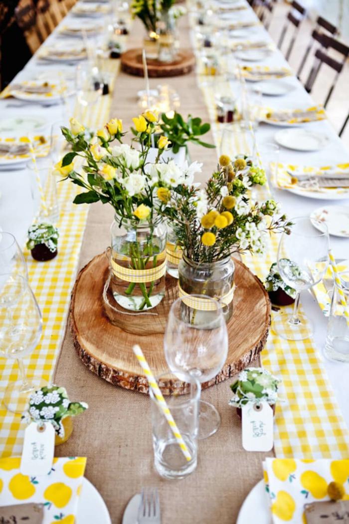 bunter Tischläufer, Feldblumen in gelber und weißer Farbe, Treibholz als Dekoration, Kommunion Tischdekoration