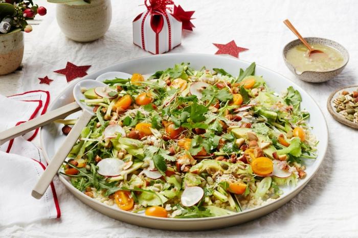 bunter Salat aus Kirschtomaten, Rucola,beiges Dressing, leckere Salate zum Abnehmen