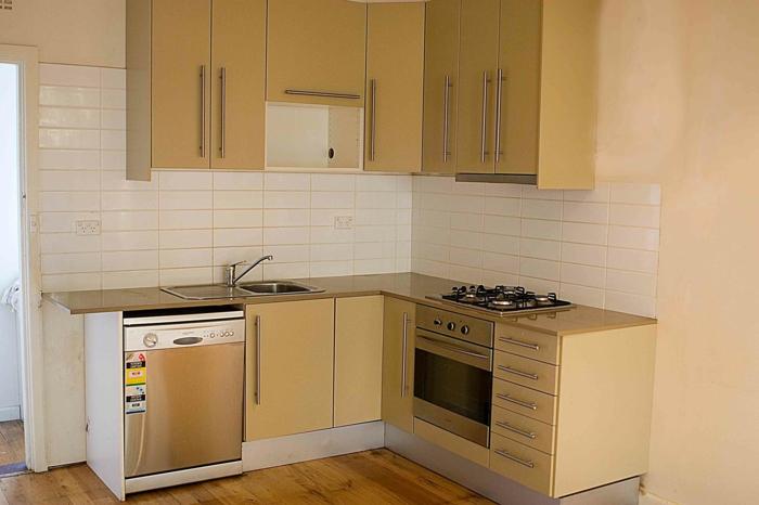 weiße Fliesen, Laminat Boden, rosa Wände, kleine Küche, Zimmer einrichten Ideen