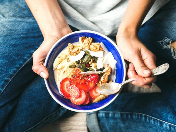 einfache rezepte ernährungsplan, einfache rezepte ernährungsplan, rezeptidee frühstück, erdbeeren, jogurt, müsli