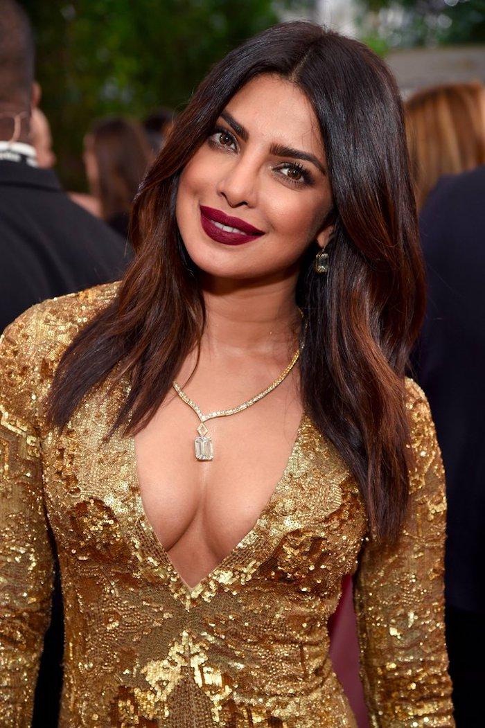 goldenes kleid mit langen ärmeln, festliche outfits, gesichtsform frisur, dunkelroter lippenstift