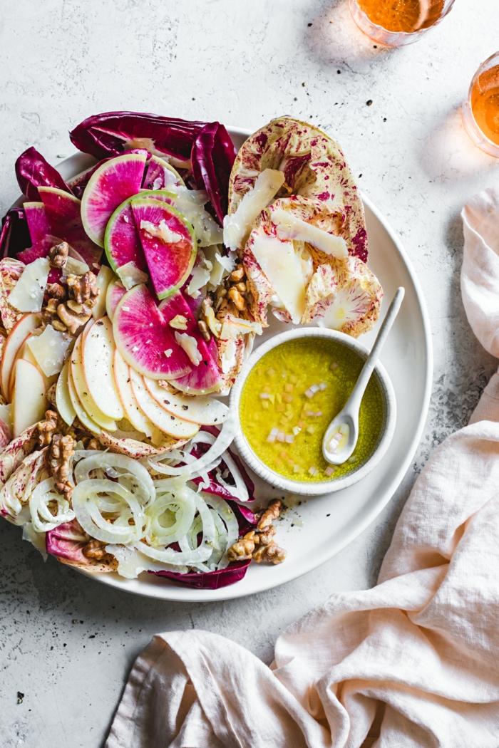 Leckere Salate zum Abnehmen, exotische Früche und Dressing aus Zitrone