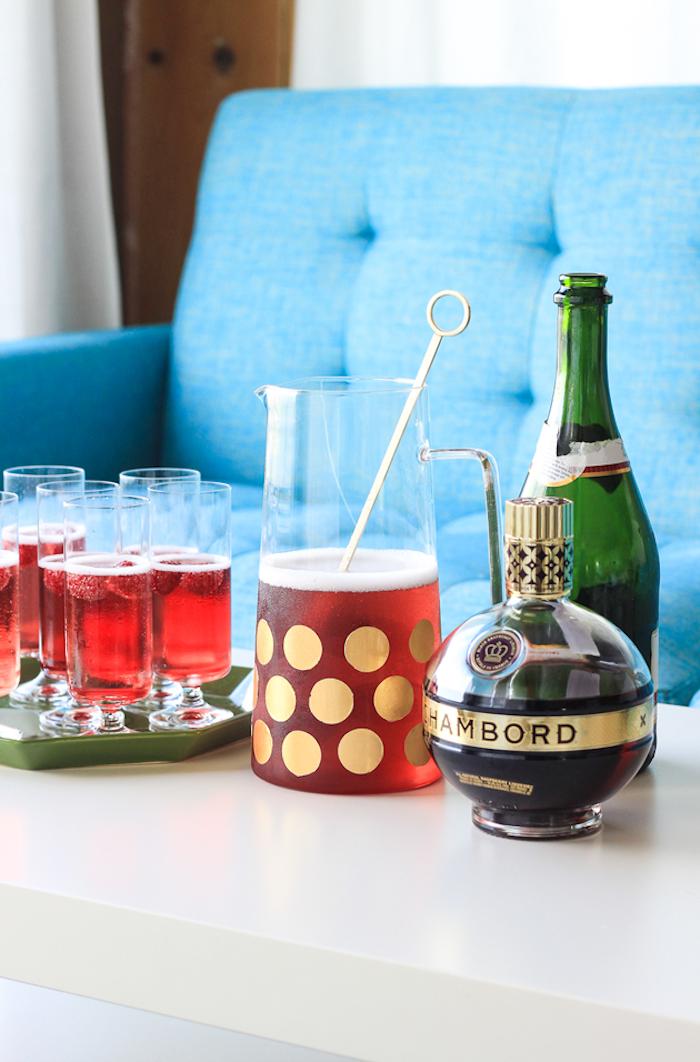 Weißer Tisch und blaues Sofa, gemütliches Mittag im Wohnzimmer, Cocktail in Glaskanne