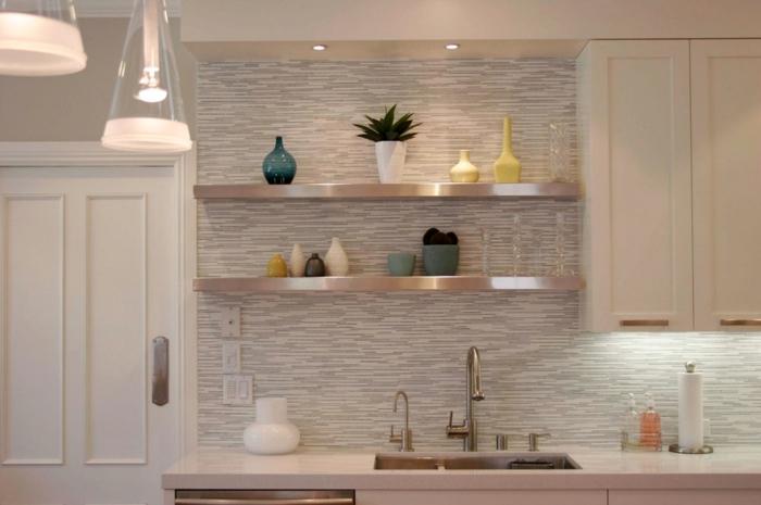 eine bunte Küchenwand, Regale mit Dekoelemente, Vasen und Blumentöpf