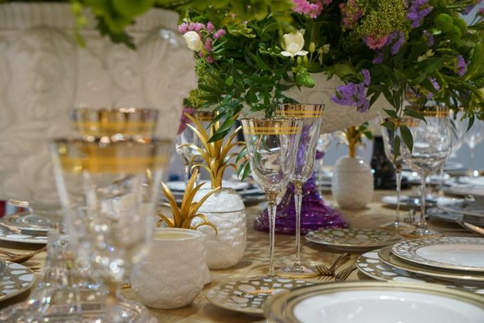 bunte Teller, braune Tischdecke, Kommunion Tischdekoration, eine Vase in der Mitte