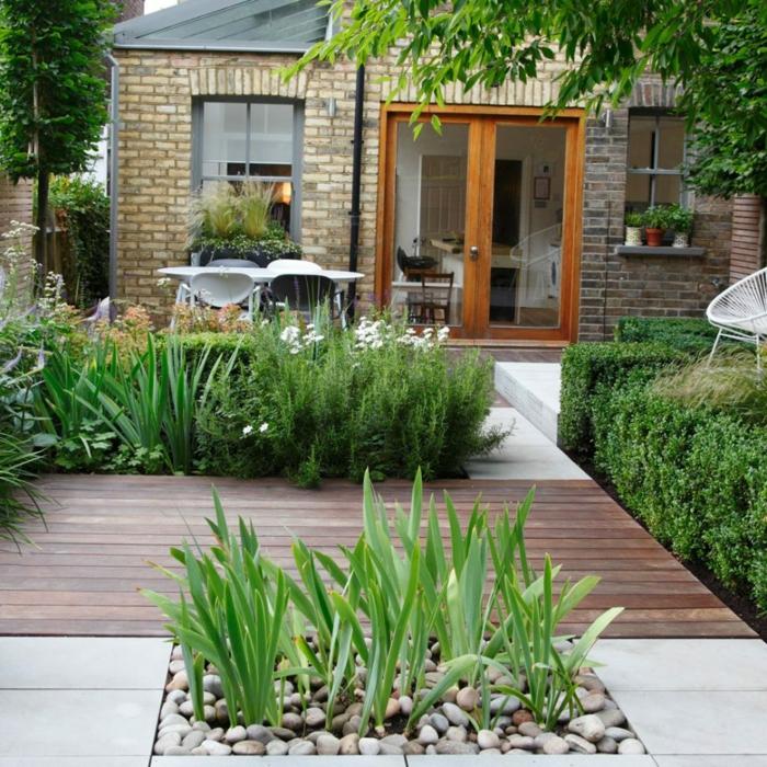 Terrassen Diele, kleine grüne Pflanzen, Kies Steinen in den Beeten, Garten verschönern
