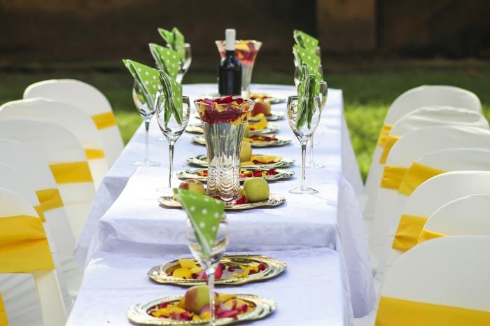 grüne Kommunion Servietten, grüne Äpfel, bunte Blumen in silbernen Tellern