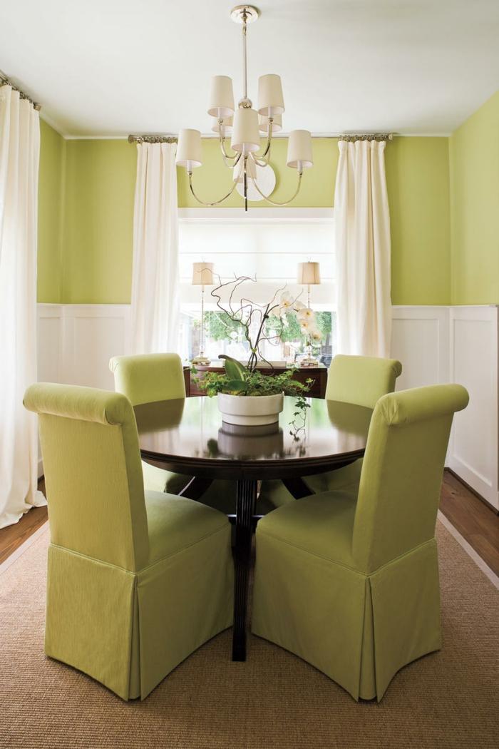 kleines Esszimmer für eine kleine Familie, kleine Wohnung einrichten, grüne gepolsterte Stühle