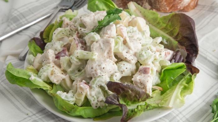 ein gemischter Salat aus Dressing, Fleisch und Gemüse, leckere Salate zum Abnehmen