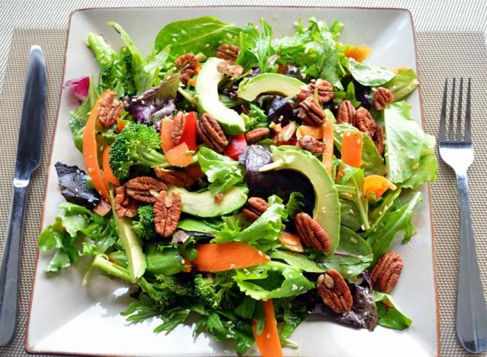 Avocado, Katoren, Rucola, Walnüsse, leckere Salate zum Abnehmen mit großen Stücken