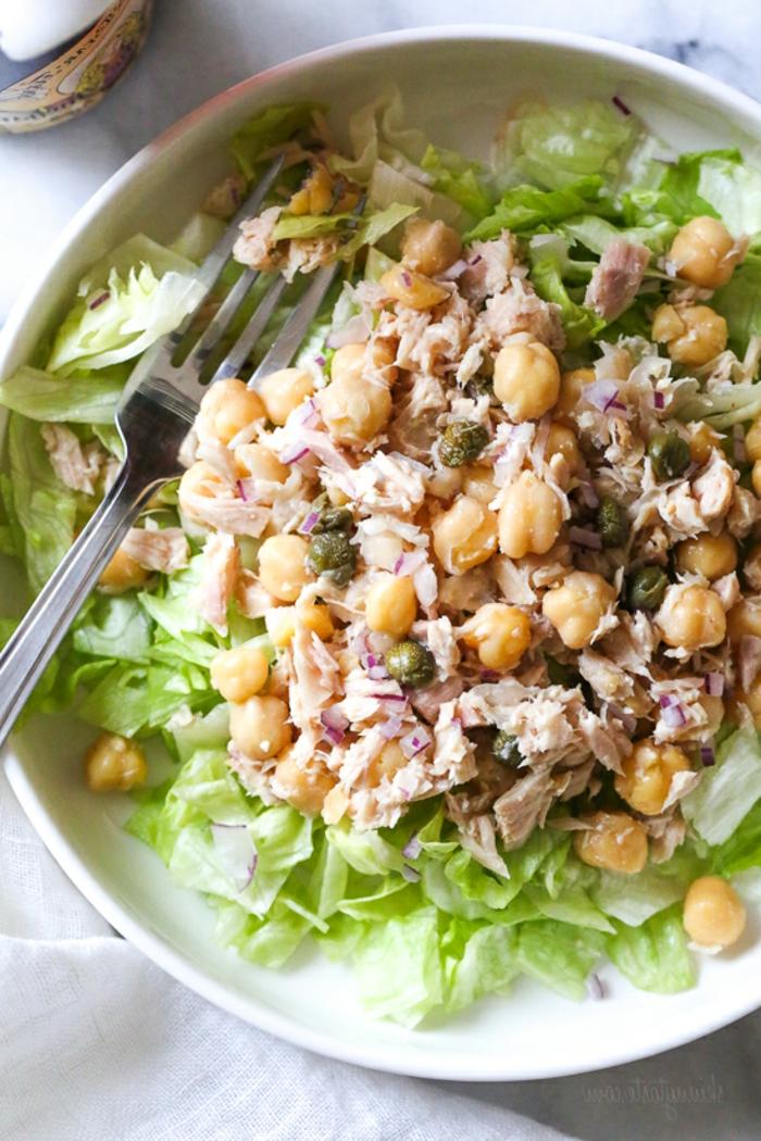 Kichererbsen und Fisch, grüne Blätter Salat, leckere Salate zum Abnehmen