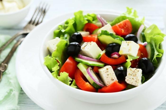 Tomate, Gurken, Käse und Oliven, leckere Salate zum Abnehmen