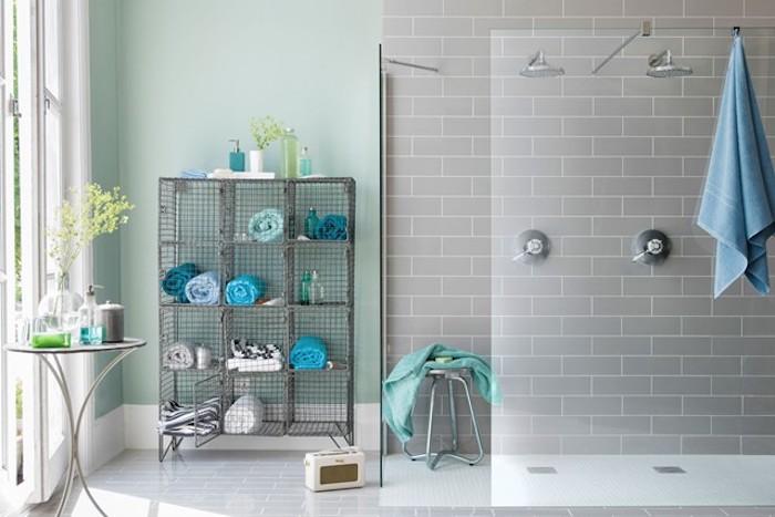 welche farben passen zusammen, grau und blau ideen zum gestalten, blaue tücher am regal