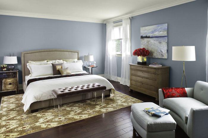 welche farben passen zusammen grau und beige sind eine klassische dezente kombination für da sschlafzimmer, ruhig im doppelbett schlafen, rote rosen deko