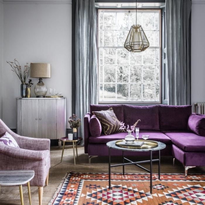 lila oder violett, welche farbe passt zu grau, zimmergestaltungsidee, lampe, dekoideen, sofa