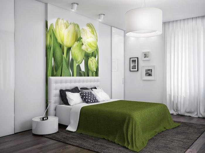 welche farbe passt zu grau, hier ist das graue mit grün kombiniert, tulpen, weiß, viele kleine kissen auf dem bett