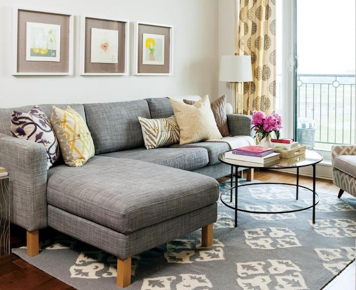 wandgestaltung ideen zum entlehnen, dezente hellgraue wand mit bunter einrichtung, moderne möbel