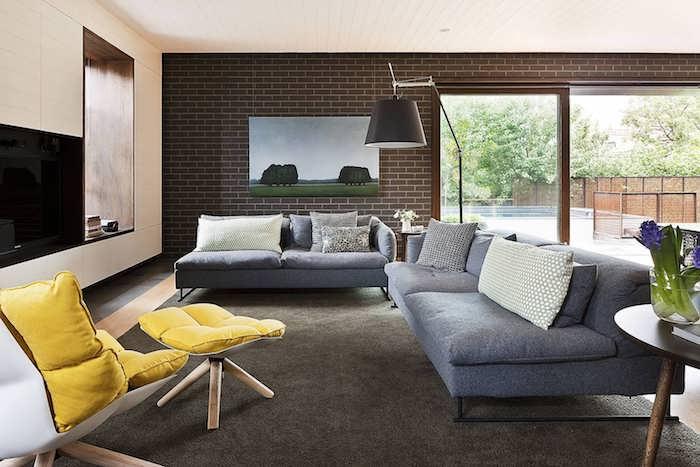 schlafzimmer grau im eleganten zuhause, wohnraum, graue sofas und gelbe sessel, kontraste schaffen