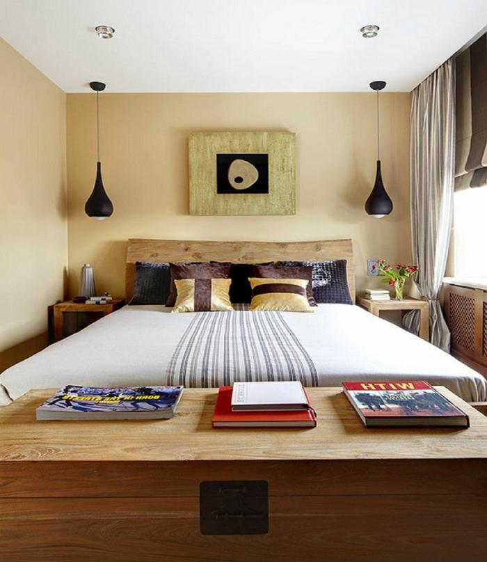 ein kleines Schlafzimmer mit großem Bett, zwei hängende Lampen, zwei Nachttische