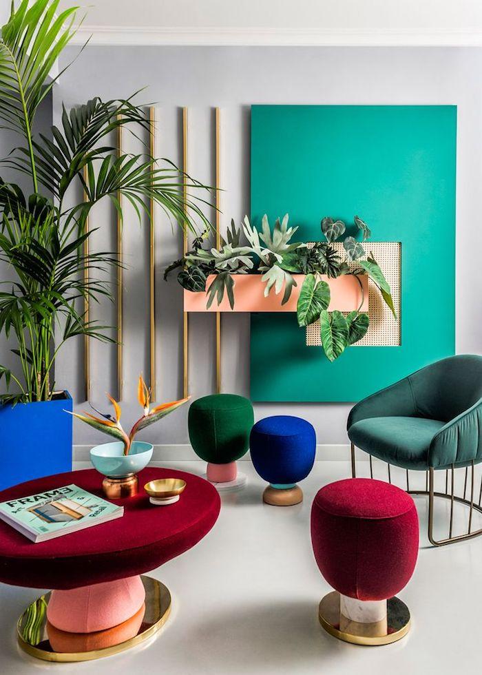 Wohnzimmer Einrichtung, einzelne wand im Türkis streichen, bunte Hocker, grüne Zimmerpflanzen