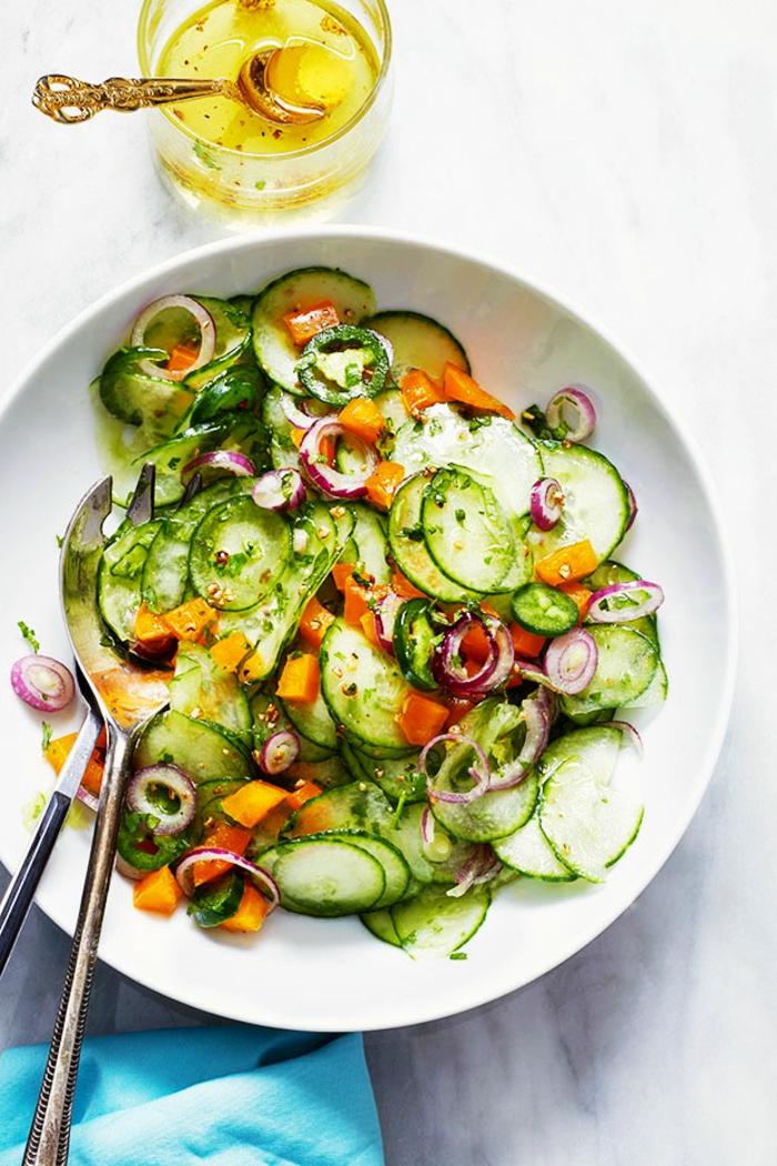 durchsichtige Scheiben von Gurken, Zwiebel und Karotten, leckere Salate zum Abnehmen