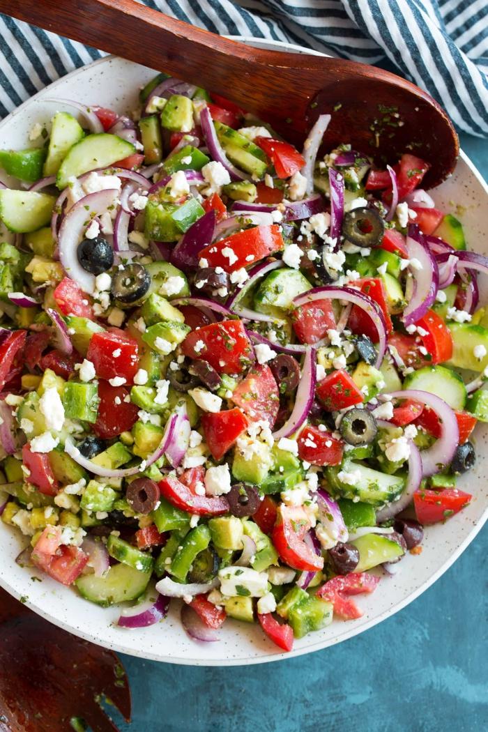 ein bunter, gemischter Salat aus Tomaten, Gurken, Avocado, Zwiebel und Oliven, leckere Salate zum Abnehmen