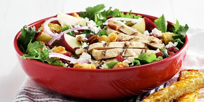 eine rote Schalle voller Hähnchenbrist, Zwiebel, Walnüsse und viel Weiteres, leckere Salate zum Abnehmen