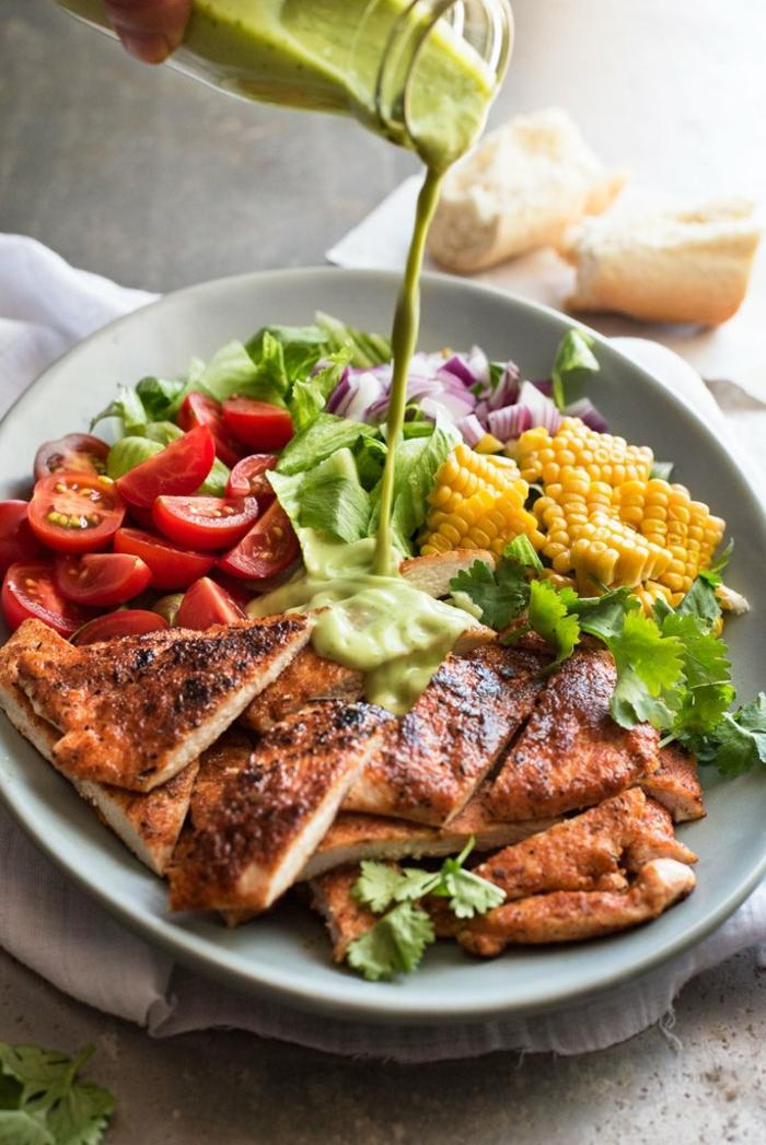 ein Salat, bevor er gemischt worden, Hähnchenbrust, Korn, Kirschtomaten, Avocado Dressing