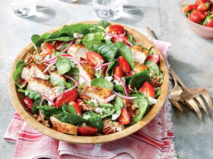 leckere Salate zum Abnehmen, eine Mischung aus Fleisch, Obst und Gemüse