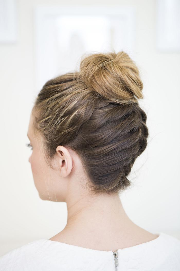 haare flechten, frau mit dutt frisur, schnelle alltagsfrisur, damenfrisuren, hochgesteckte haare