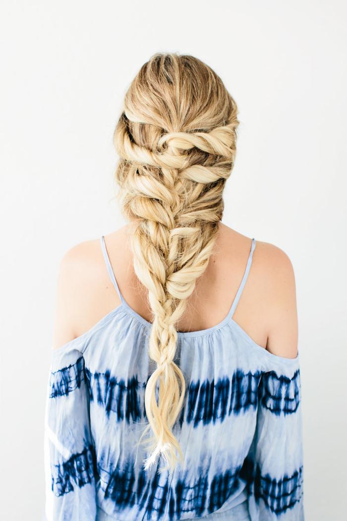 blaues kleid im boho stil, haare flechten, hippie frisur für lange haare, großer zopf