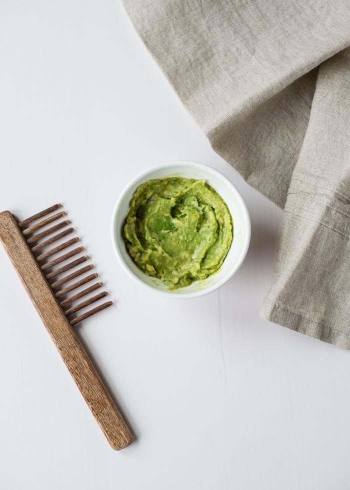 haare schneller wachsen lassen, kamm aus holt, schüssel mit selbstgemachter haarkur mit avocado