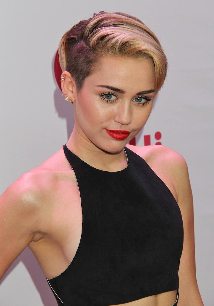 haarschnitt für rundes gesicht, miley cirus, kurzhaarfrisur, blonde haare, roter lippenstift