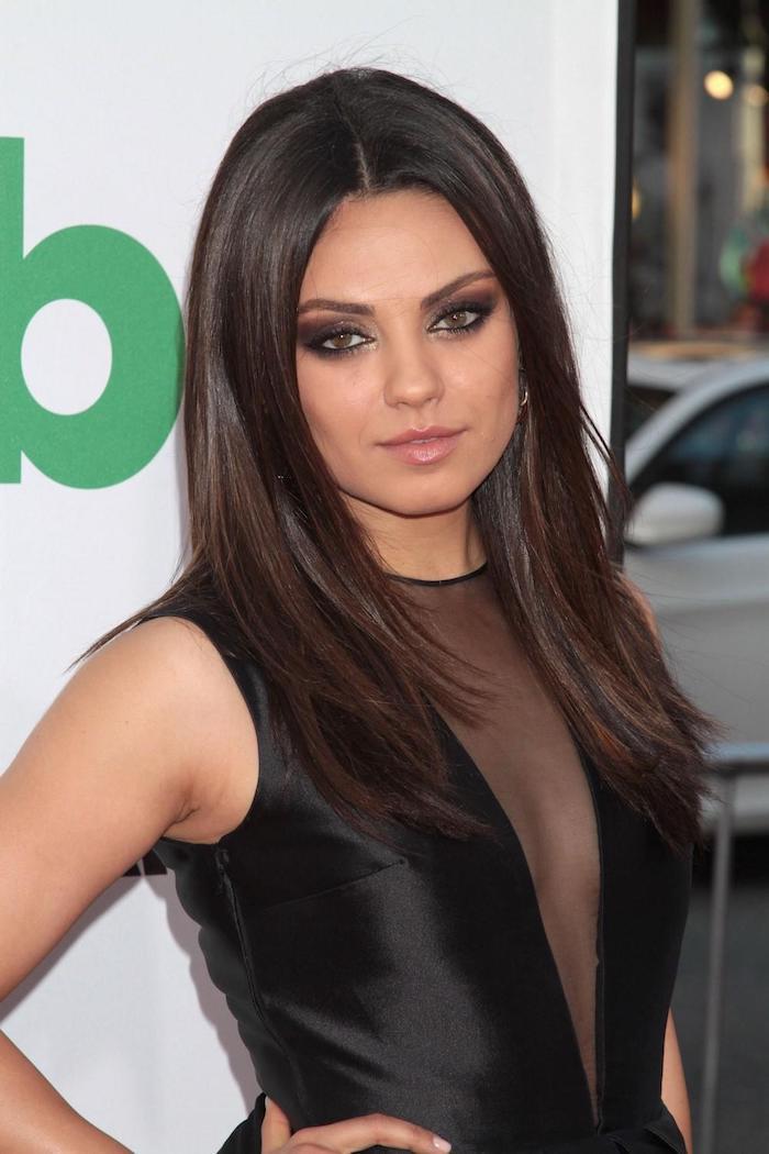 mila kunis, schwarzes abendkleid, smokey eyes schminken, haarschnitt für rundes gesicht