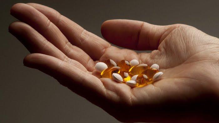 haarwachstum beschleunigen, hand voll mit vitaminen, vitamin e für schöne haare, haargesundheit
