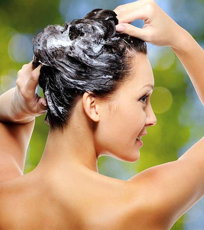 haarwachstum shampoo in die haare einmassieren, frau, rücken, haare waschen, haarpflege
