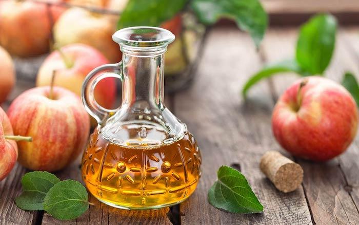 haarwuchs beschleunigen, haare mit essig waschen, viele äpfel, alpfelessig im glasflasche