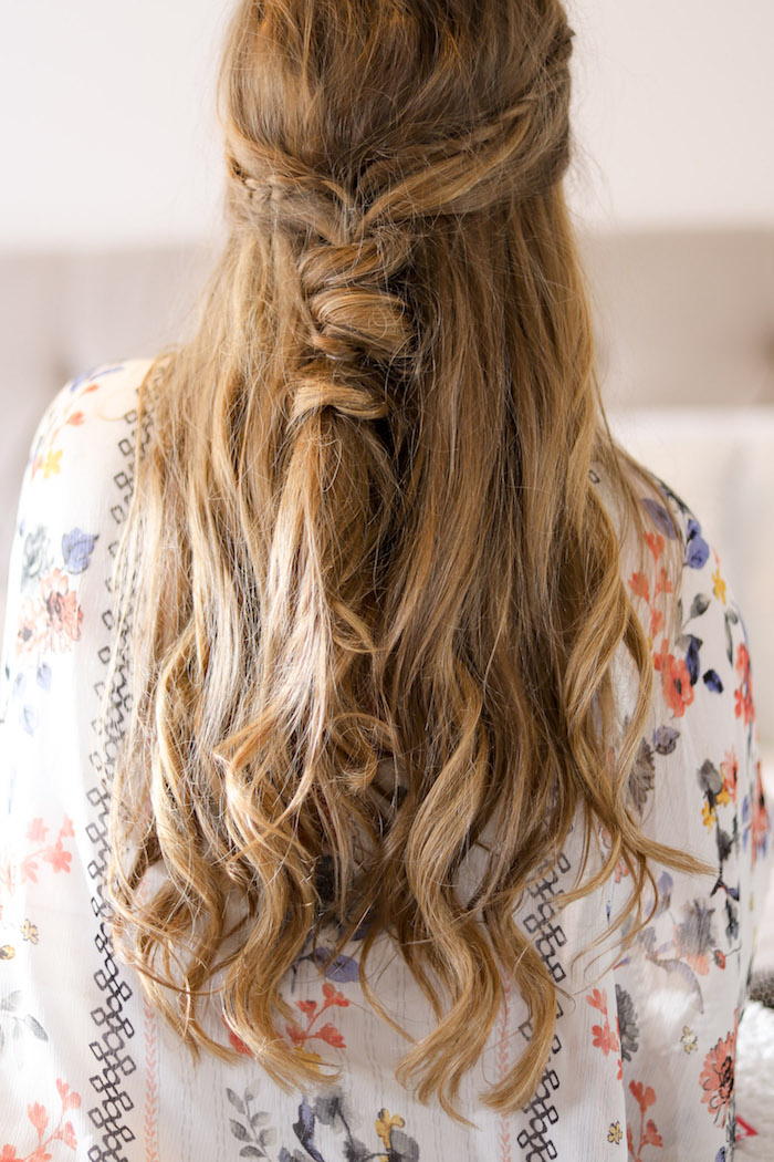 halboffene frisuren, frau mit langen honigfarbenen haare, weiße tunika mit blumen muster