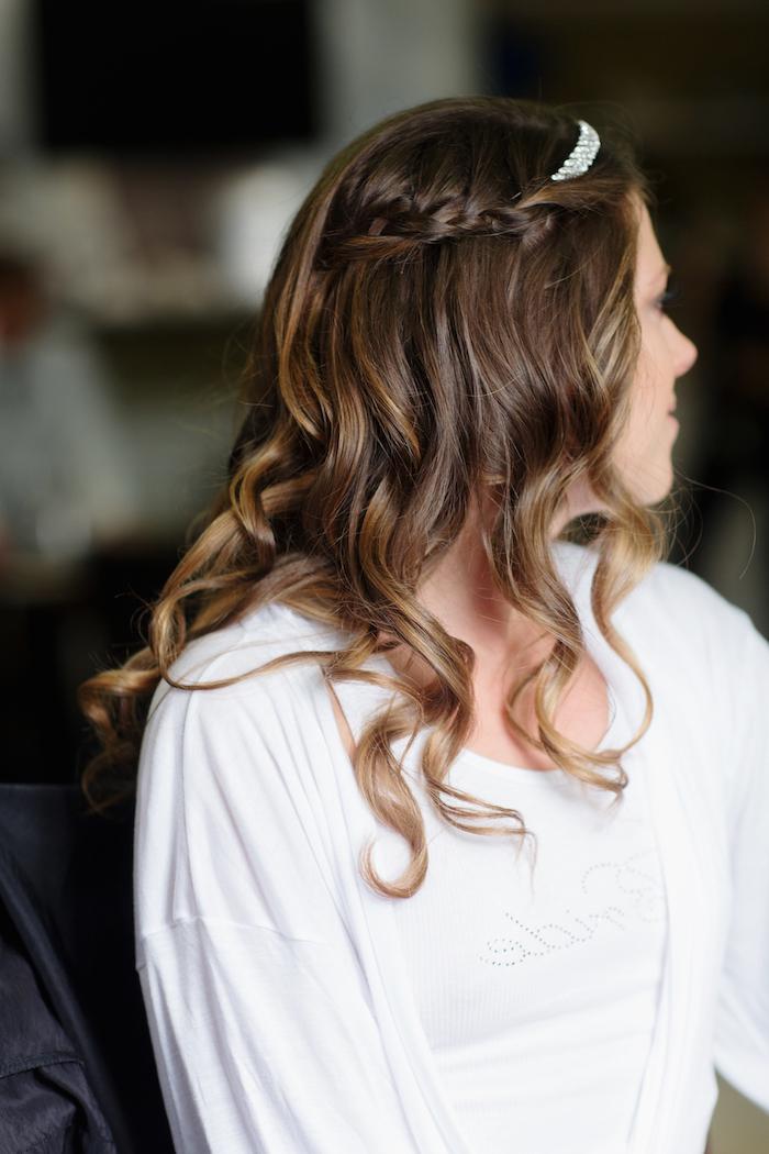 halbffene frisuren für mittellange haare, brautfrisuren mit zöpfen, silberner kopfschmuck, blonde highlights