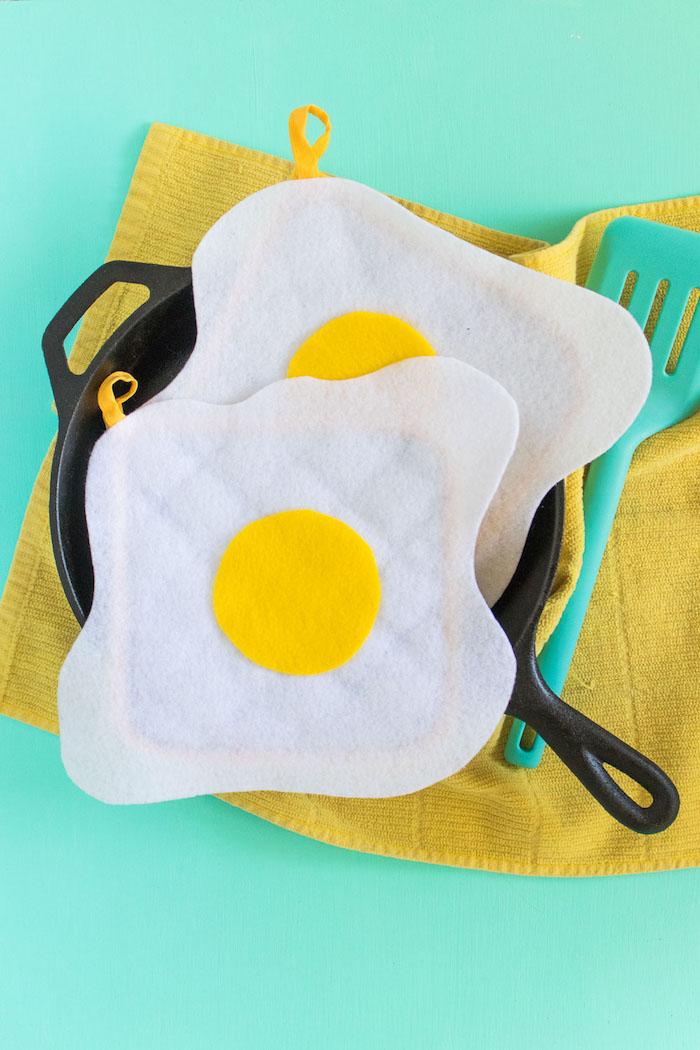 Eier Handgriffe selber nähen, aus weißem und gelbem Stoff, leichte und schnelle DIY Idee