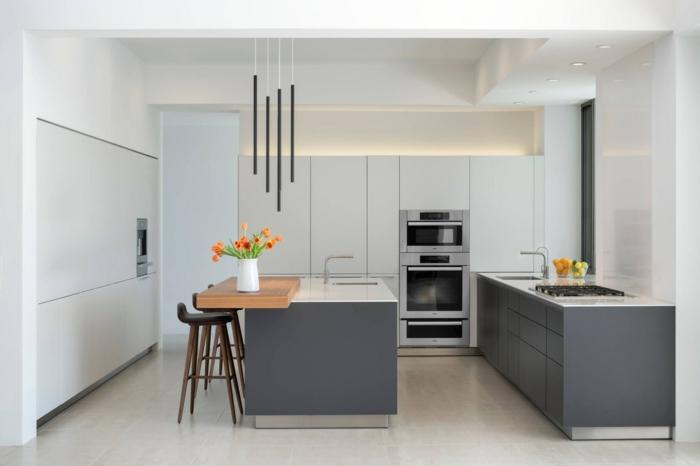 eine minimalistische Küche, Wandfarbe Hellgrau, Kochinsel und Theke, weißer Bodenbelag
