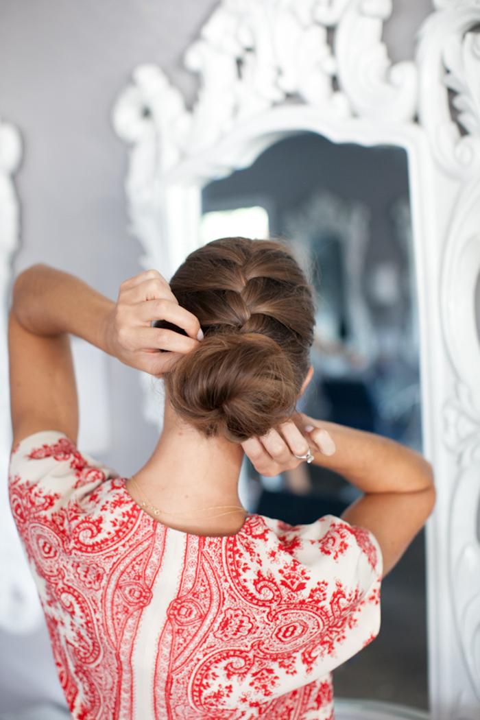 hochsteckfrisuren lange haare, weiße bluse mit abstraktem rotem muster, abendfrisur, dutt frisuren