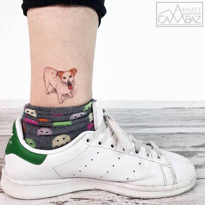 Lustiges Tattoo, sich einen Hund stechen lassen, bunte Socken und weiße Sneaker