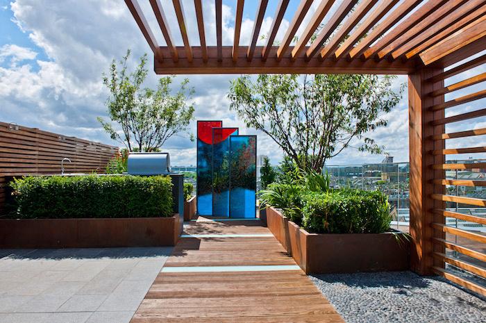 ideen gartengestaltung, große terrasse mit herrlichem aussicht, natursteinfliesen, dekorative wände