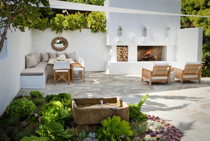 ideen gartengestaltung, feuerstelle, weiße wände, eckiges soda, polstermöbel, fliesen aus naturstein
