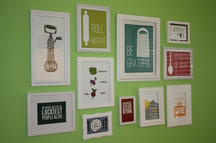 eine grüne Wand, viele Bilder mit schlauen Aufschriften, Küchenwand dekorieren